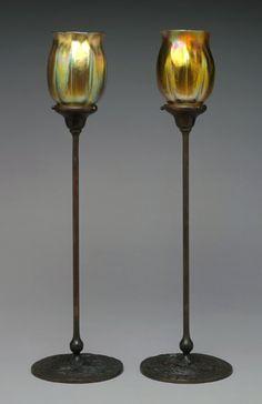 """Candelabros de bronce y """"Favrile Glass"""", un tipo de cristal ideado por Louis Comfort Tiffany, patentado en 1894. Es diferente de los demas cristales iridiscentes porque el color y el brillo esta no solo en la superficie sino tambien en su interior."""
