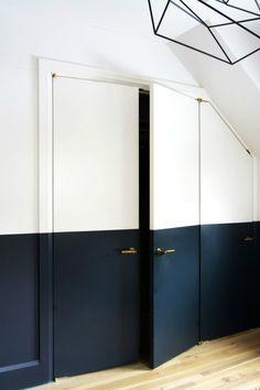 Puerta pintada de dos colores, blanco y negro
