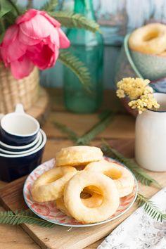 No puede ser más fácil: con una plancha de hojaldre y una yema que la haces en 5 minutos, fíjate que rápido hacer unas rosquillas tan deliciosas. La recetahttps://goo.gl/Vn9sWO