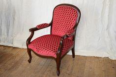 Roter Sessel mit Ziernagelabschluss