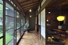 The appearance of the old houses, modern furniture of the mid-century with a focus on France. Kazuhiko Miyata architect, was renovated as a home and studio. Japanese Home Design, Japanese Style House, Traditional Japanese House, Japanese Home Decor, Japanese Interior, Japanese Homes, Japanese Buildings, Japanese Architecture, Interior Architecture