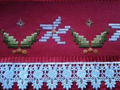 Maribel Garcia. Ponto reto, natalino .... Bargello, Tree Skirts, Christmas Tree, Quilts, Holiday Decor, Portugal, Ribbon Crafts, Embroidery Hoop Crafts, Diy And Crafts