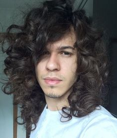 Curly hair is pretentious in styling until you find the right haircut and the right styling products. When it happens, you won't ever feel unhappy again with your curly hair. Wavy Hair Men, Curly Hair Cuts, Long Curly Hair, Curly Hair Styles, Mens Medium Length Hairstyles, Stylish Hair, Stylish Men, Men Casual, Hairstyles Haircuts