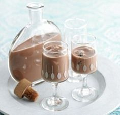 Why not liberate your inner chocoholic with this boozy cacao-based treat? Homemade Liqueur Recipes, Homemade Liquor, Italian Desserts, Italian Recipes, Mojito, Rum Cocktail Recipes, Cherry Liqueur, Vodka, Alcoholic Drink Recipes