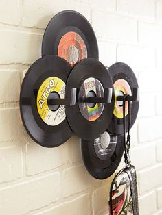 Creative DIY Flea Market Makeovers Record wall art – figures, just gave all my old records away……. Vinyl Record Crafts, Vinyl Art, Diy Hat Rack, Hat Racks, Hat Hanger, Vinyl Platten, Record Wall Art, Old Vinyl Records, Records Diy