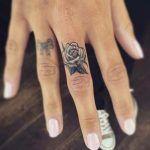 Piccolo tatuaggio colorato sulle mani - Lei Trendy