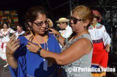 """La presidenta de ACEDICAR Sonia Pallo Fonseca entregó la medalla de reconocimiento a la secretaria de prensa de la asociaciòn Rossana Salvador por su dedicación y trabajo constante. La Asociación ACEDICAR como cada año presentó a los mejores artistas ecuatorianos y latinos en tarima durante la Muestra de Asociaciones organizado por el Ajuntamet de Barcelona y que llevó este año lema de """" Ecuador, entre ilusiones y fantasías"""". El evento se enmarca dentro de las actividades de las…"""