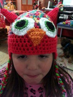 Martina con gorro búho rojo de lana a crochet