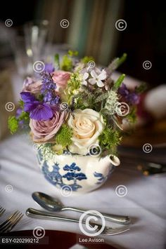 flower bouquet in a teapot Teapot, Cool Pictures, Sweet Home, Bouquet, Table Decorations, Nice, Flowers, Home Decor, Decoration Home