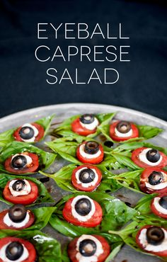 Halloween Eyeball Caprese Salad - Halloween food for party Halloween Food For Adults, Soirée Halloween, Halloween Eyeballs, Halloween Dinner, Halloween Festival, Halloween Food For Party, Halloween Salad Recipe, Halloween Housewarming Party, Halloween Cupcakes