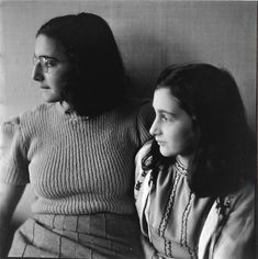 Margot and Anne in 1941.