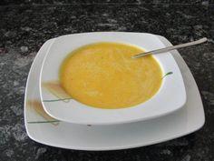 Das perfekte Karottencremèsuppe-Rezept mit Bild und einfacher Schritt-für-Schritt-Anleitung: Die Kartoffeln und die Karotten schälen und in kleine…