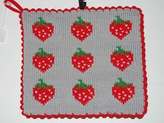 De här grytlapparna är stickade på en rundsticka och har samma mönster på båda sidorna. Knitting Charts, Knitting Patterns, Knits, Pot Holders, Knit Crochet, Cross Stitch, Diy, Christmas Knitting, Crocheting
