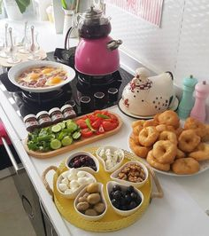 Breakfast Presentation, Food Presentation, Hotel Breakfast Buffet, Morrocan Food, Turkish Breakfast, Breakfast Bread Recipes, Tasty, Yummy Food, Food Decoration