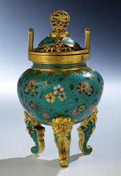 Höhe: 19 cm. China, Qing-Dynastie, ca. 18. Jahrhundert. Dreibeiniges Ritualgefäß in rundlicher Form mit gegenüberliegenden Griffen. Cloisonné-Verzierung...