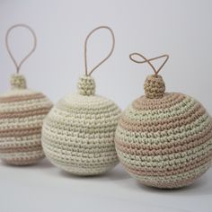 Hæklede julekugler e-opskrift Christmas Deco, Winter Christmas, Christmas Crafts, Christmas Ornaments, Holiday Crochet, Christmas Knitting, Nifty Crafts, Diy And Crafts, Basic Crochet Stitches