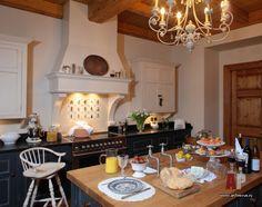 Фото интерьера кухни деревянного дома в английском стиле