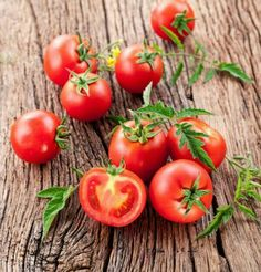 Tomatoes have been known in some parts of the world as weeds or ornamental plants, but we know that they are extremely healthy vegetables, rich in Tomato Side Dishes, Cooking Tomatoes, Ornamental Plants, Roasted Carrots, Healthy Vegetables, Tomato Soup, Food Photo, Preserves, The Cure