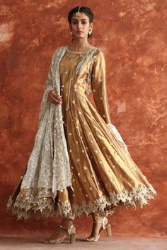 Top Pakistani Bridal Designers And Their Festive Wear Cost - wedding dresses sisters Top Pakistani Bridal Designers And Their Festive Wear Cost Pakistani Frocks, Pakistani Formal Dresses, Pakistani Wedding Outfits, Pakistani Dress Design, Indian Dresses, Indian Outfits, Mehendi Outfits, Pakistani Party Wear, Bridal Outfits