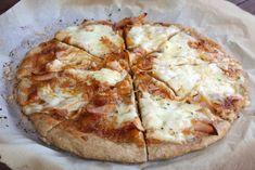 Môj prvý pokus s pizzou pre moju dcéru s histamínovou intoleranciou. Vraj na prvý pokus to nebolo zlé. Chcelo by to ešte čerstvú bazalku, ale tú by deva tak či tak nejedla, aj šunka nám došla ... Doteraz som ani klasickú pizzu nepiekla. Táto je bez bielej múky, bez droždia a kečupu - paradajok. Pizza, Cheese, Ale, Recipes, Food, Chef Recipes, Cooking, Ale Beer, Recipies