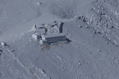 噴煙を上げる御嶽山火口付近の山小屋は、火山灰に覆われた=2014年9月27日午後2時18分