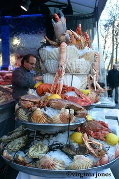 Street side seafood vendors have a seafood display in Paris. Carne Asada, Street Food Market, Street Vendor, Seafood Tower, Seafood Market, Seafood Platter, French Food, Fish And Seafood, Seafood Recipes