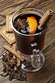 Mulled wine with orange Ingredients:- liters of red wine- cinnamon- Honey- 1 whole orange- A quarter of a lemon- 5 cloves- Orange peel Tea For One, My Tea, Tea Riffic, Winter Drinks, Honey And Cinnamon, Mulled Wine, Food Humor, Funny Food, Turkish Recipes