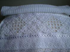 Marca; karsten,100% algodão  Medida:33x50  Cor branca(canelada)  Trabalho:Hardanger ponto reto e pérola.