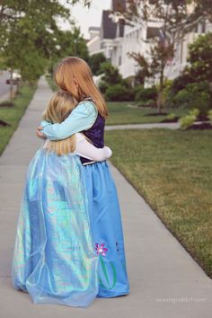 Gearing up for a frozen Halloween? Make these matching Anna and Elsa DIY Halloween costumes!!!