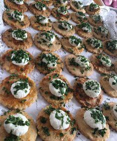 Günaydın hayırlı sabahlar 👋💕Kıyır kıyır Nefis tuzlu kurabiyelerin üzerine peynir topları Yapalım ve peynirin vazgeçilmezi maydanozlarla…