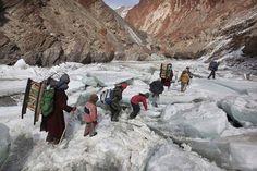 Zanskar – Inde Passage du Zanskar gelé pour se rendre à l'école dans les hauteurs de l'Himalaya… Normal.
