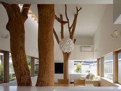 ÁRBOLES EN UNA SALA DE ESTAR En Kagawa, Japón, quería construirse una casa en un jardín ocupado por 2 grandes árboles. En lugar de retirarlos definitivamente, los arquitectos decidieron incorporarlos a la arquitectura del lugar.