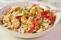 um almoço saudável e prático para levar para o trabalho nesta primavera: salada de cuscuz, ervilhas e camarão