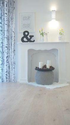 The best ideas for your fireplace console - Fireplace Modern Fireplace Console, Fake Fireplace, Modern Fireplace, Fireplace Surrounds, Fireplace Mantels, Fireplace Ideas, Room Interior, Interior Design, Decoration