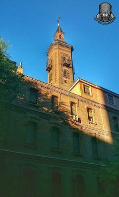 Parroquia de Nuestra Señora de los Dolores, calle San Bernardo, esquina con la calle Rodríguez San Pedro. Vista de la esbelta torre con balcones enrejados y rematada con un chapitel de pizarra, también de ladrillo y al más puro estilo neomudéjar que tanto se diera a principios de siglo en Madrid (Viendo Madrid). Madrid, España.