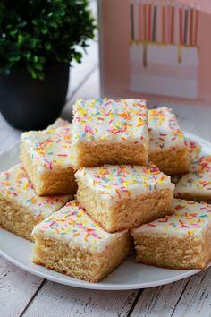 Tray Bake Recipes, Baking Recipes, Dessert Recipes, Yummy Treats, Sweet Treats, Yummy Food, Tasty, Traybake Cake, Traybake Ideas