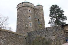 …auf Burg Stolpen Sachsen hat eine wunderbare Kulturgeschichte. Wer Sachsen besucht, der sollte sich neben Dresden auf jeden Fall auch die vielen Schlosser und Burgen im Umland anschauen. Deshalb haben wir uns heute die Jungs geschnappt und sind auf die Burg Stolpen gefahren. Die 800 Jahre alte Burg Stolpen liegt ungefähr 30 Kilometer von Dresden …