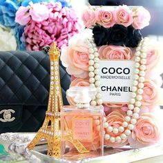 When every detail counts! Crushing on the display by for Chanel Birthday Party, Chanel Party, Paris Birthday Parties, Paris Party, Paris Theme, 50th Birthday Party, Chanel Decoration, Chanel Bridal Shower, Strictly Weddings