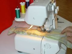 Froncer avec une surjeteuse Lidl, Mac, Sewing, Tips And Tricks, Doe Deere, User Guide, Fabrics, Couture, Fabric Sewing
