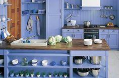 Cocinas rústicas que se atreven con el color