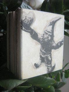 Drewniana szkatułeczka z krasnalem Wroclove.