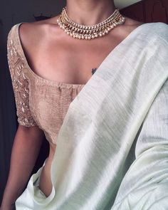 How To Style Your Boring Sarees With Chic Accessories! Want to know how to style your boring sarees with chic accessories online? Do check out this brand's collection here. Indian Look, Dress Indian Style, Indian Wedding Outfits, Indian Outfits, Look Fashion, Indian Fashion, Saree Jewellery, Saree Trends, Stylish Sarees