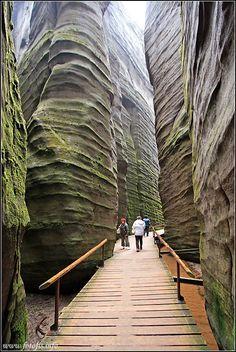 Rochas de Adršpach-Teplice, em Adršpach, Trutnov, região de Hradec Králové, República Tcheca. Os turistas podem visitar as rochas através de um número de trilhas marcadas. A área é um destino popular para escaladores de rocha. Fotografia: Fis2.