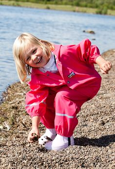 Raincoats can be boring, but this pink Rukka rain jacket for kids is not. Clothing for kids should be fun and colourful and Rukka understands this perfectly!
