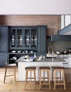 Couleurs chaudes et cuisine rétro - Plus de photos de cuisines conviviales sur Côté Maison http://petitlien.fr/71fx