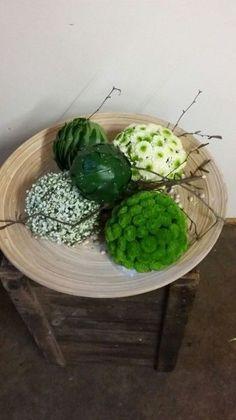 Christmas Flower Arrangements, Modern Flower Arrangements, Fruit Flower Basket, Decorative Spheres, Ikebana Arrangements, Festive Crafts, Sympathy Flowers, Arte Floral, Decoration Table