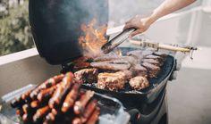 Grilování je považováno za jednu z nejsnadnějších kuchyňských úprav masa. I grilování má ale svá pravidla, aby maso bylo vždycky šťavnaté, měkké a chutné. Důležité jsou nejen správná teplota grilu a samotná příprava masa, ale i čistota. Vyvarujte se nejčastějších chyb při grilování masa a domácích burgerů.