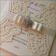 Invitación de boda con adorno de cristal por WeddingParaphernalia