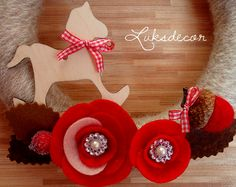 Christmas Winter Mini natural Beige Yarn Felt Wreath with red Roses, brown Leafs, felt Acorns, wood red heart and wood rocking horse with red Vichy bow Detail - https://www.facebook.com