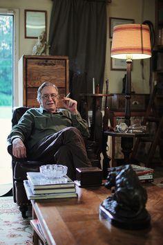 Olavo de Carvalho durante a produção do documentário O Jardim das Aflições